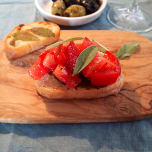 Bruschetta mit Salbei und Tomate